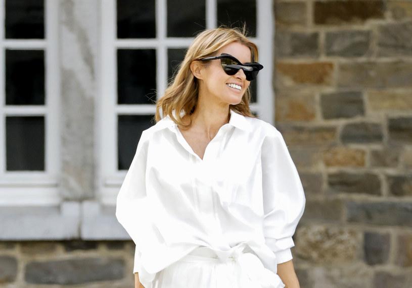 Biała koszula od wielu sezonów jest jednym z najmodniejszych elementów garderoby /Getty Images