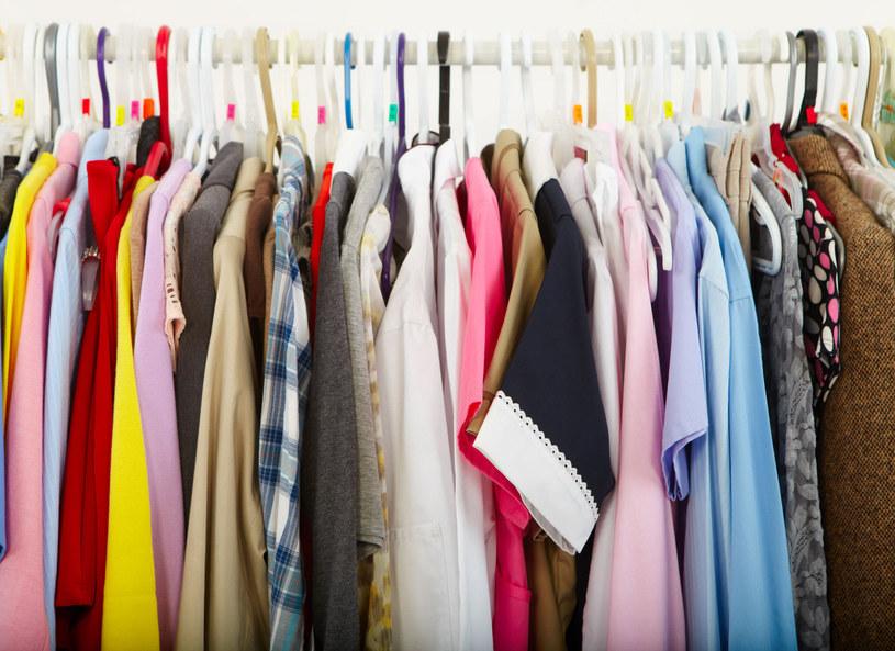 Biała koszula zawsze wygląda dobrze, jest niezbędna w szafie każdej elegantki. /Picsel /123RF/PICSEL