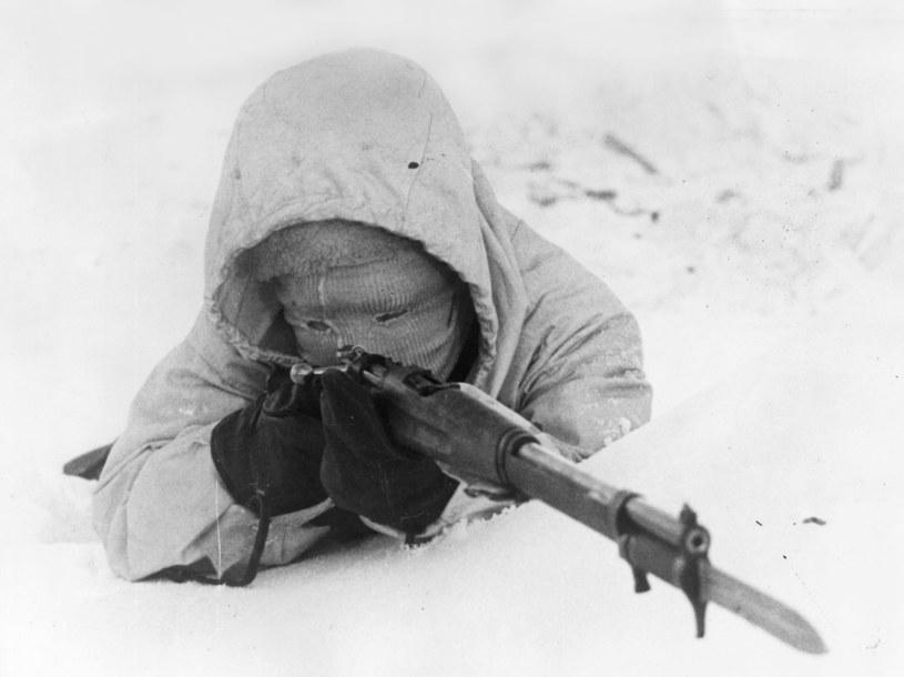 """""""Biała śmierć"""". Fiński snajper w akcji przeciw agresorom z Armii Czerwonej. Wojna zimowa 1939-40 /Hulton Archive /Getty Images"""