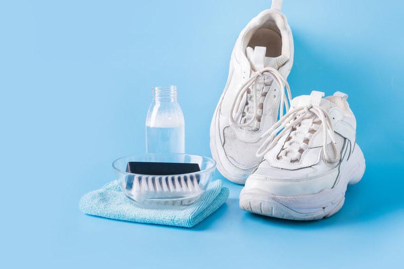 Białe buty szybko się brudzą, ale równie szybko można je wyczyścić! /123RF/PICSEL