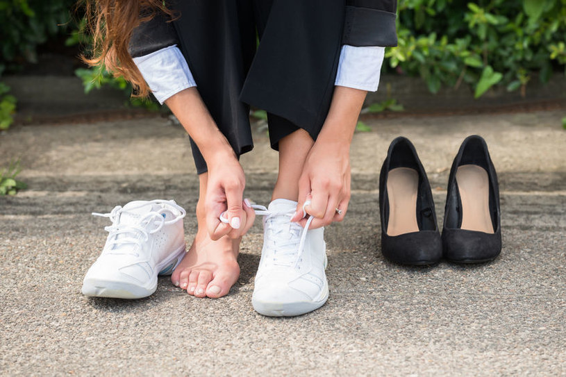 Białe buty /©123RF/PICSEL
