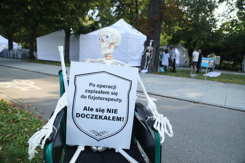Białe miasteczko powstało po proteście pracowników ochrony zdrowia /Paweł Wodzyński /East News