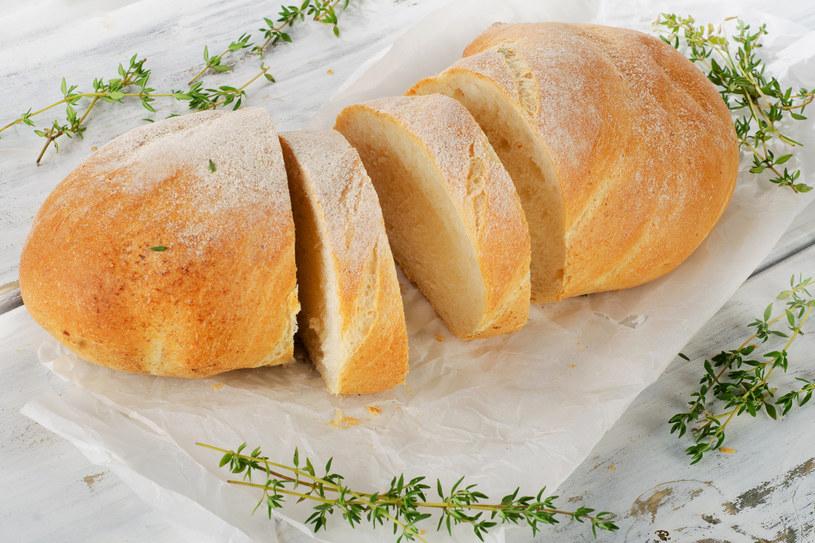 Białe pieczywo może być smaczne, ale nie sprzyja wątrobie /123RF/PICSEL