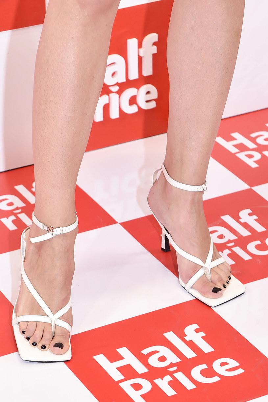 Białe sandałki z kwadratowym wykończeniem były świetnym dopełnieniem stylizacji /Kurnikowski /East News