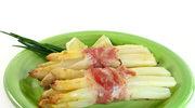 Białe szparagi zawijane z salami i szczypiorkiem