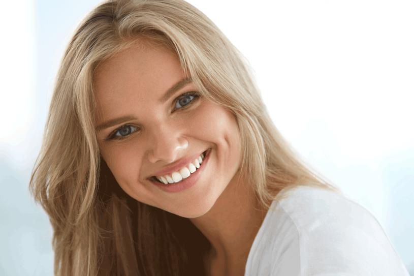 Białe zęby? Naturalnie! /123RF/PICSEL