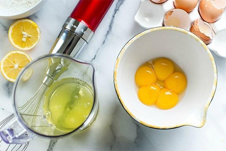 białko z jajek na twarz /© Photogenica