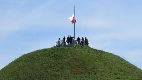 Biało-czerwona flaga na Kopcu Piłsudskiego /Józef Polewka /Archiwum RMF FM