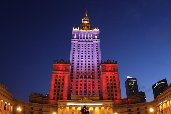 Biało-czerwona iluminacja na Pałacu Kultury i Nauki w Warszawie, fot. Bartłomiej Zborowski /PAP