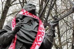 Biało-czerwone szaliki na pomnikach cz. 3