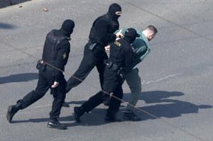 Białoruś: Grzywny za kwiat i szalik. Sądy wydają kolejne wyroki za protesty
