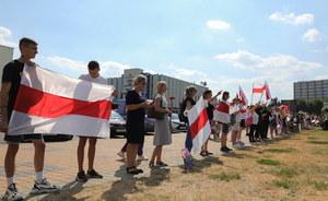 Białoruś: Milicyjne ciężarówki przed marszem protestu