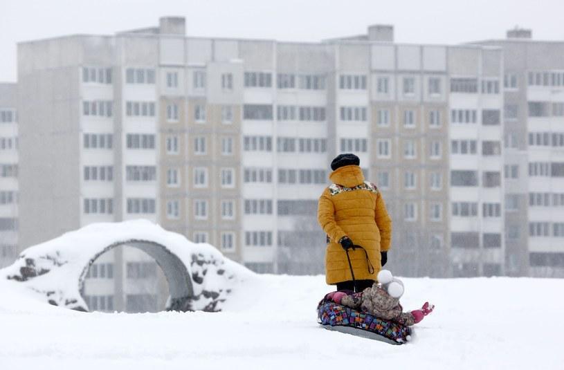 Białoruś pod śniegiem, ponad 650 miejscowości bez prądu /PAP/EPA