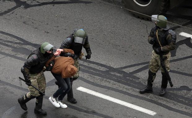 Białoruś: Ponad 700 osób trafiło do aresztów