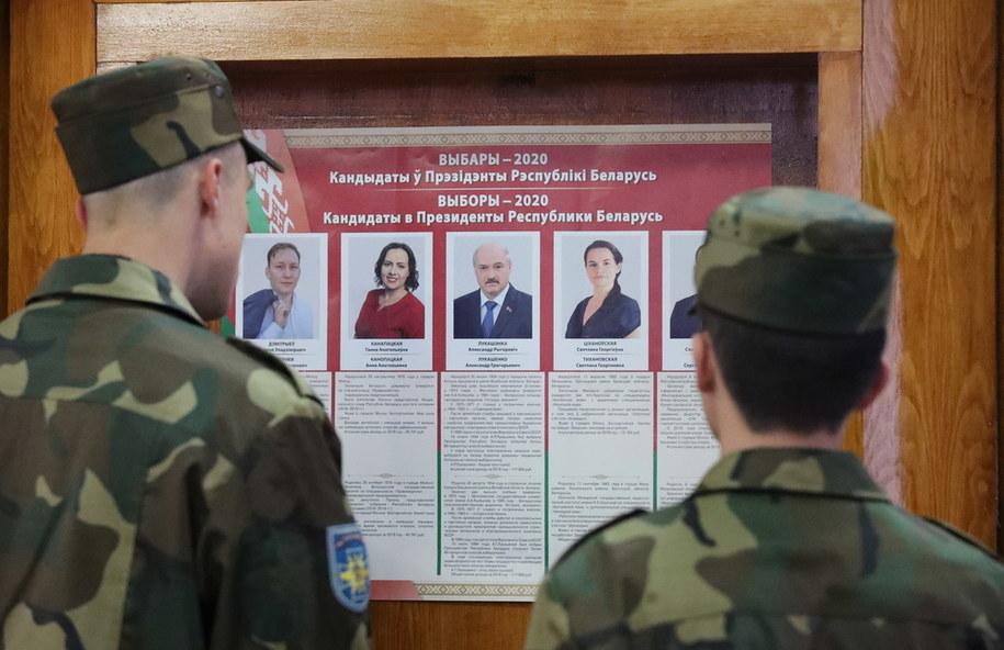 Białoruscy żołnierze przed listą kandydatów w wyborach prezydenckich, wywieszoną w lokalu wyborczym w Mińsku /TATYANA ZENKOVICH  /PAP/EPA