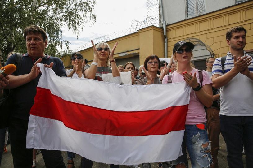 Białorusini demonstrujący przed aresztem, w którym przebywał mąż Cichanouskiej. //TATIANA ZENKOVICH /PAP/EPA