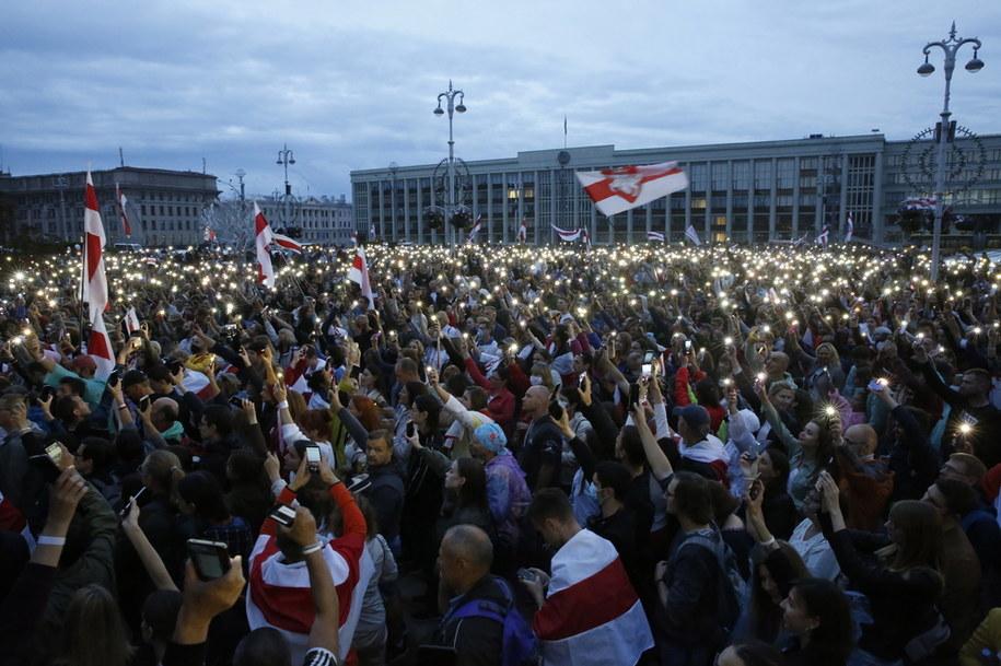 Białorusini świętujący w Mińsku /TATYANA ZENKOVICH  /PAP/EPA