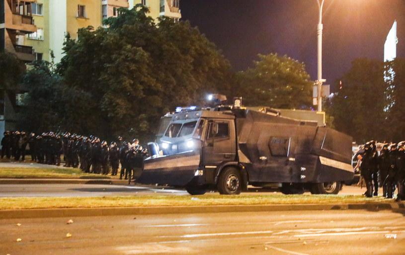 Białoruska milicja w rynsztunku do tłumienia protestów. /STRINGER /PAP/EPA