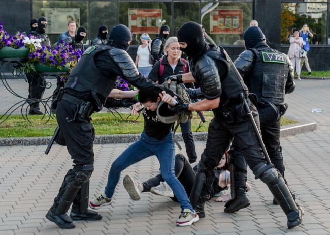 Białoruska milicja zatrzymuje protestujących w Mińsku /YAUHEN YERCHAK /PAP/EPA