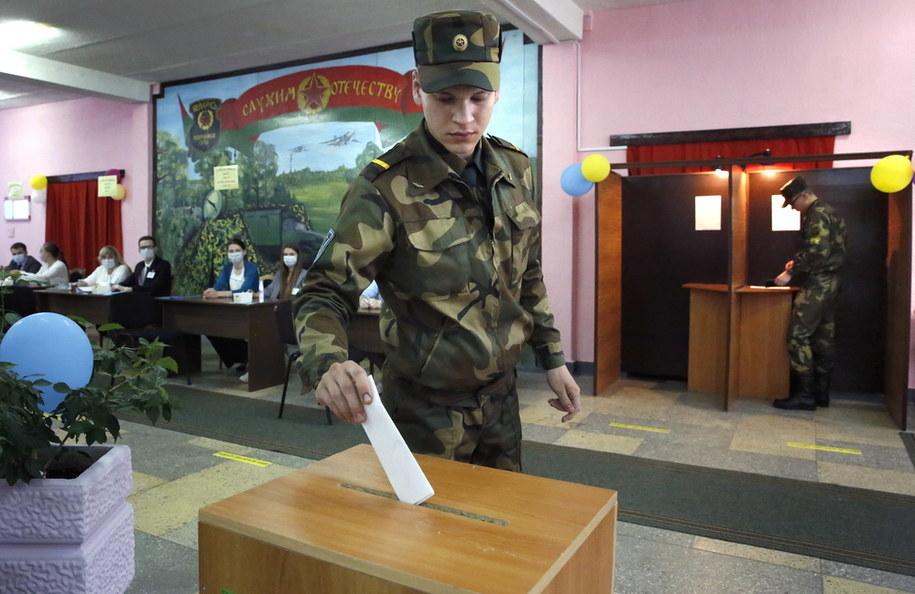 Białoruski żołnierz w lokalu wyborczym w Mińsku /TATYANA ZENKOVICH  /PAP/EPA