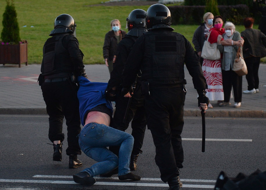 Białoruskie służby podczas protestów zatrzymały ponad 250 osób / STR   /PAP/EPA