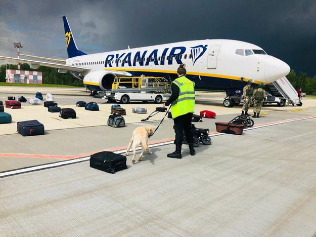 Białoruskie służy sprawdzają bagaże pasażerów samolotu linii Ryanair, który został zmuszony do lądowania w Mińsku /ONLINER.BY HANDOUT /PAP/EPA