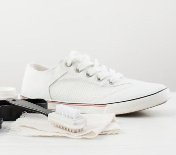 Biały but skórzany /©123RF/PICSEL