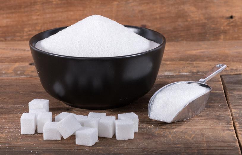 Biały cukier to połączenie fruktozy oraz glukozy /123RF/PICSEL