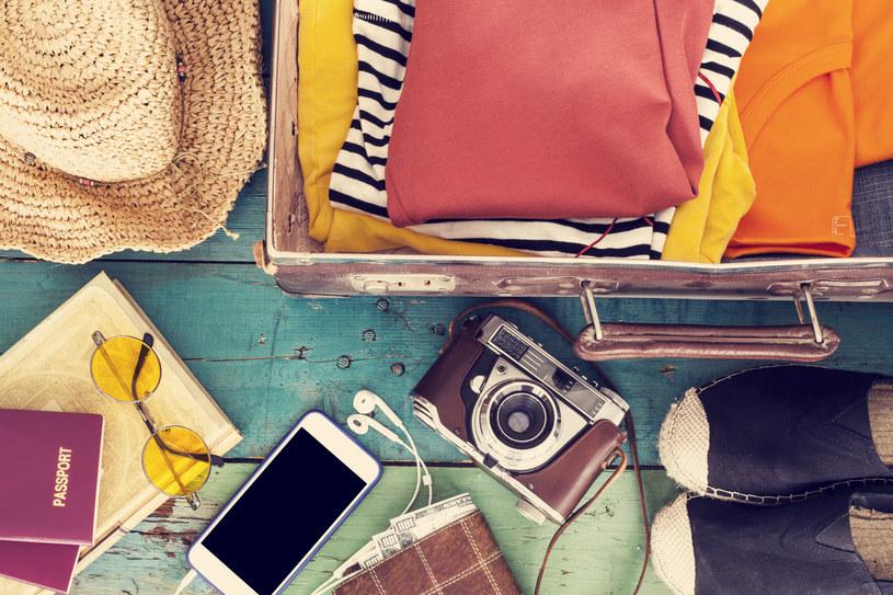 Biały, czarny, beżowy, złoty i srebrny mogą być podstawą każdej stylizacji, dlatego ubrań w tych kolorach nie powinno zabraknąć w twojej walizce /123RF/PICSEL