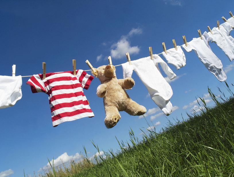 Białym ubraniom można przywrócić dawny blask. Wystarczy dobrać odpowiednią metodę /123RF/PICSEL