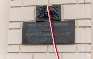 """Białystok. Danuta Siedzikówna """"Inka"""" patronką dworca PKP. Odsłonięto pamiątkową tablicę"""