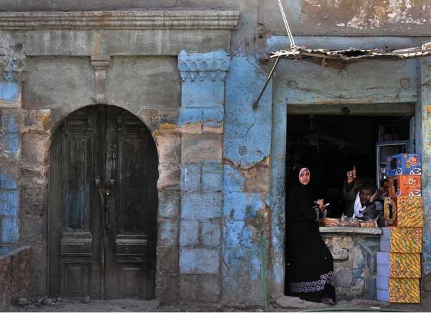 Biedne dzielnice Kairu wciąż przypominają te, które opisywał Nadżib Mafhuz /AFP
