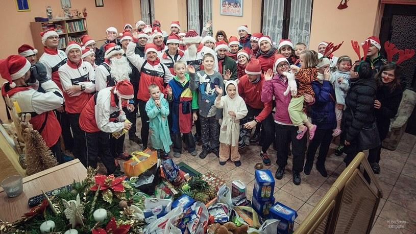 Biegacze Mastersi i obdarowane przez nich dzieci. fot. Kuba Sarata/PhotShot.com /INTERIA.PL