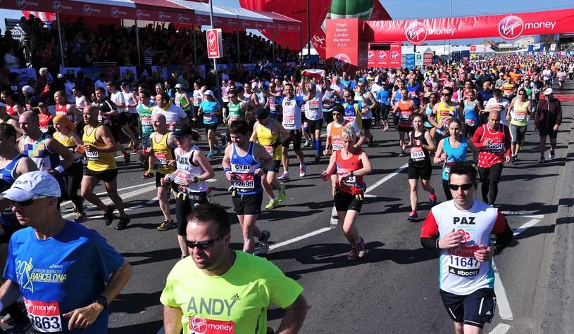 Biegacze na trasie maratonu londyńskiego /AFP