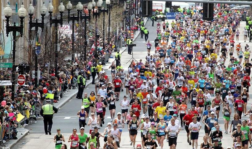 Biegacze na trasie maratonu w Bostonie /AFP
