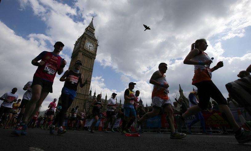 Biegacze podczas maratonu w Londynie /AFP
