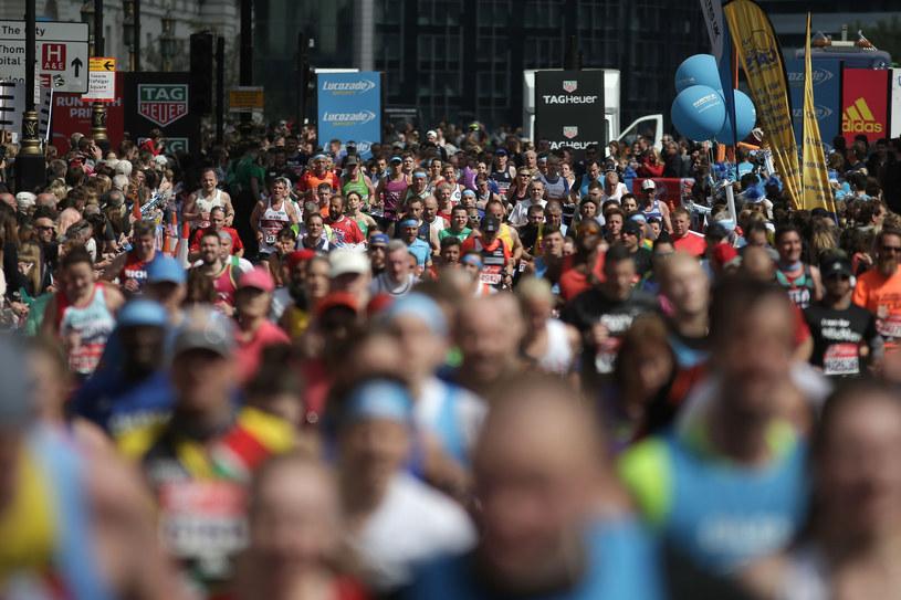 Biegacze podczas tegorocznego maratonu w Londynie /AFP
