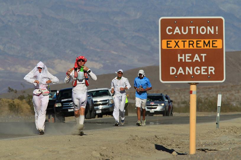 Biegacze w Dolinie Śmierci. Powrót samochodem po wyczerpującym wysiłku w upale może sprzyjać wypadkom /Getty Images