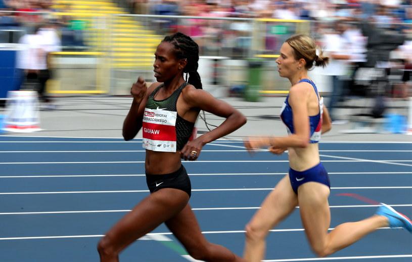 Biegaczki podczas rywalizacji na 1500 m w Chorzowie /Andrzej  Grygiel /PAP