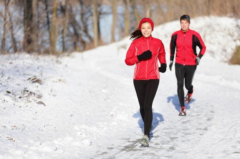 bieganie w śniegu /© Photogenica