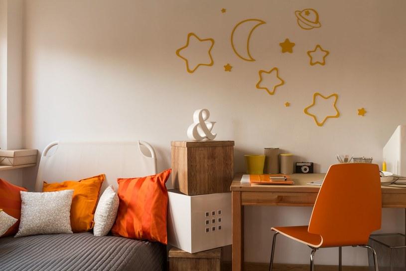 biel ścian warto ożywić energetycznymi dodatkami /123RF/PICSEL