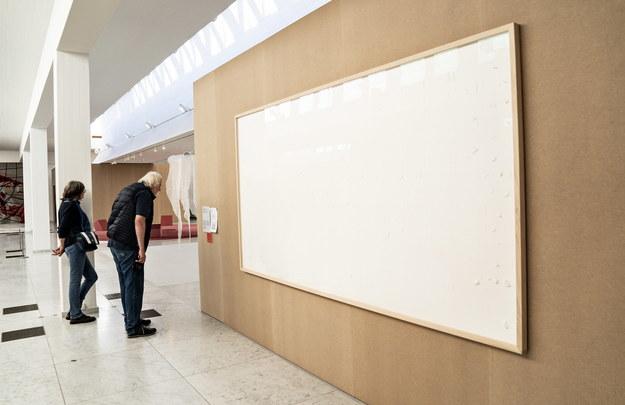 """Bierz forsę i w nogi!"" duńskiego artysty Jens Haaning. /HENNING BAGGER /PAP/EPA"