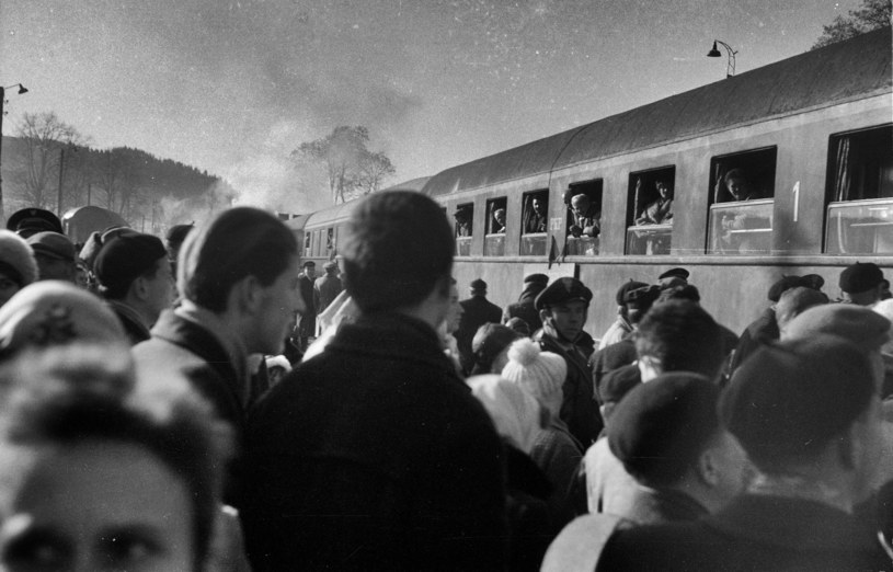 Bieszczady, Krościenko koło Ustrzyk Dolnych. Na stację wjechał  pociąg, który kursuje z Zagórza do Przemyśla przez terytorium ZSRR. Jak widać, pasażerów nie brakuje. /Agencja FORUM