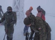Bieszczady: Z nagimi torsami poszli na Tarnicę. Sprowadzili ich żołnierze