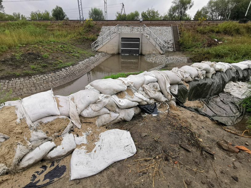 Bieżanów w Krakowie przygotowuje się na duże opady deszczu /Beata Zawrzel /Reporter