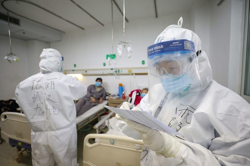 Bilans śmiertelnych ofiar koronawirusa w Chinach wzrósł do 1350 osób /YUAN ZHENG /PAP/EPA