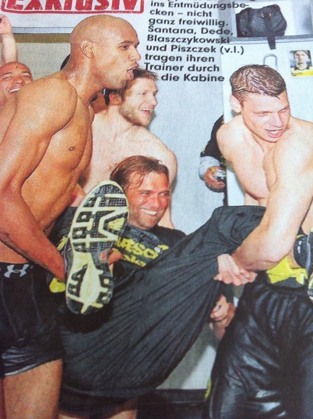 Bild dotarł do zdjęcia, na którym Dede (L),Błaszczykowski i Piszczek wrzucili do wody trenera Klopp. /INTERIA.PL