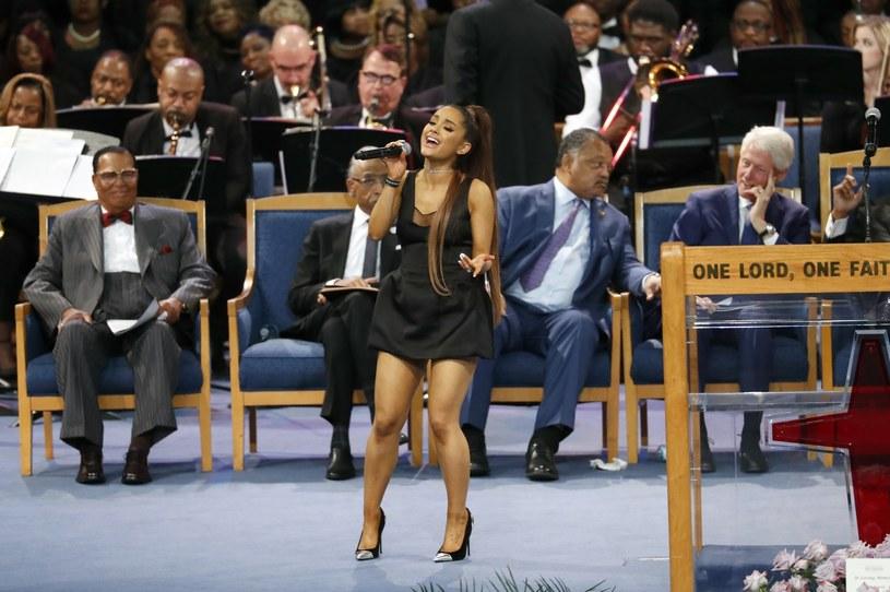 Bill Clinton zachwycony występem Ariany Grande /AP /East News