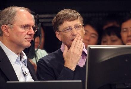 Bill Gates i Craig Mundie (główny inżynier oprogramowania) podziwiają projekty finalistów /AFP