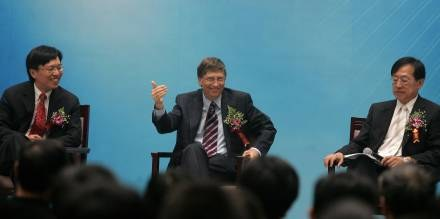 """Bill Gates poinformował w Pekinie o nowej inicjatywie Microsoftu """"Nieograniczony potencjał"""" /AFP"""